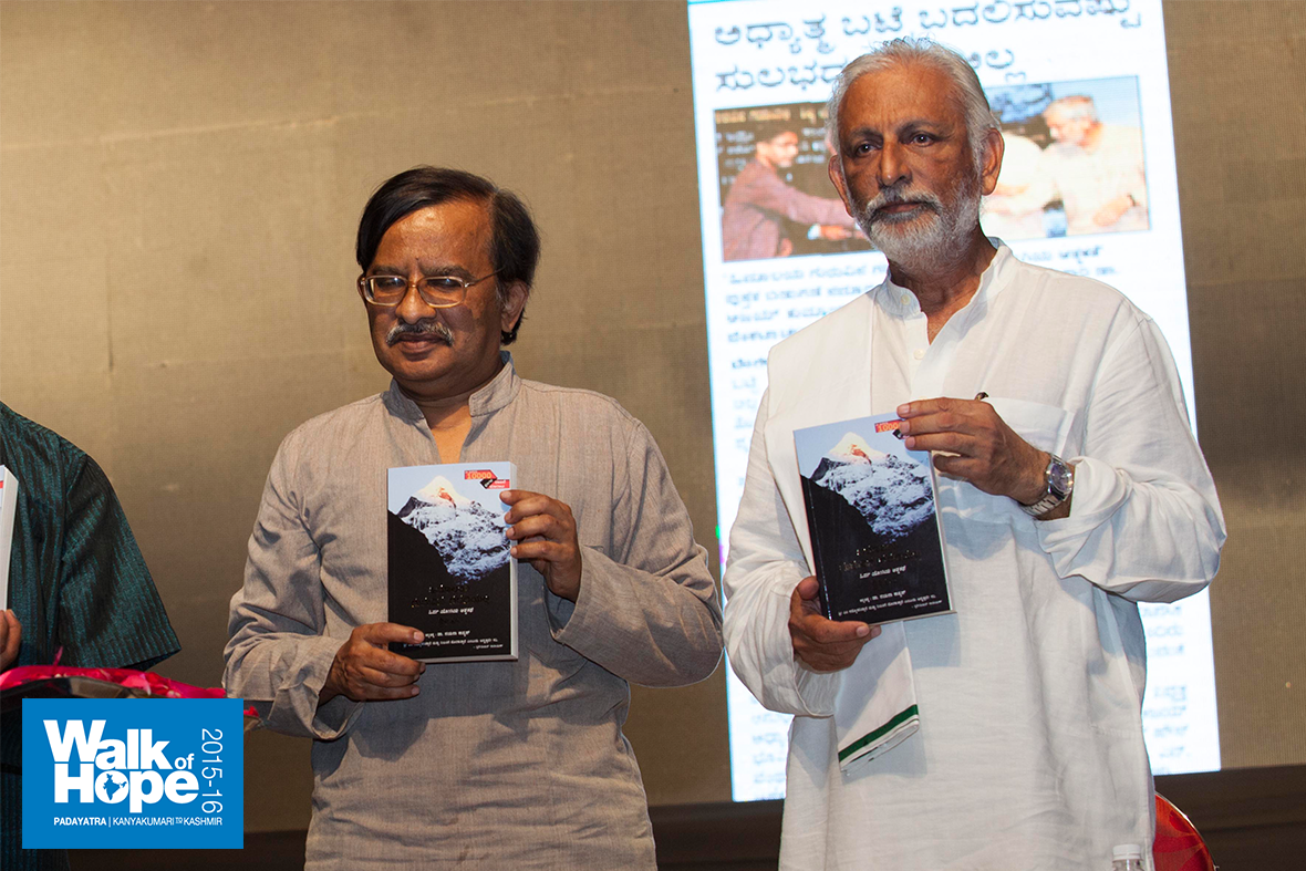 10.Dr-Nagabhushana-Swamy-releases-the-10th-reprint-of-the-Kannada-version-of-Sir