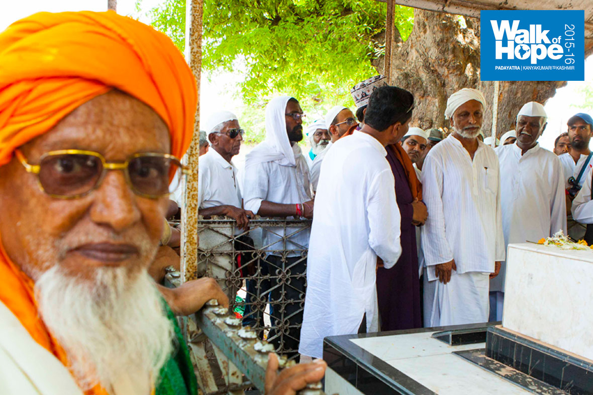 15.The-clerics-explain-the-story-of-the-Dargah,-Miraj,-Sangli,-Maharashtra