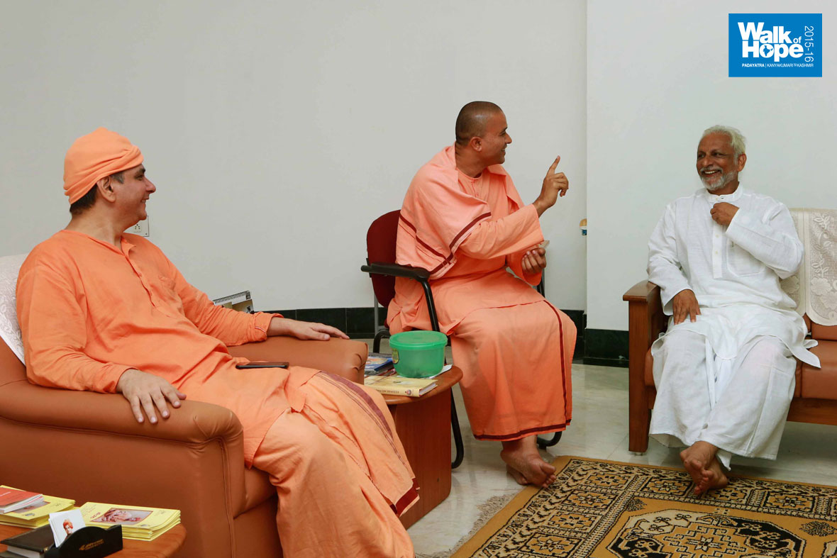 17.Sir-in-lively-conversation-with-Swami-Atma-Pranananda-&-Swami-Thadroopananda,-Sri-Ramakrishna-Mission,-Belgavi,-Karnataka)