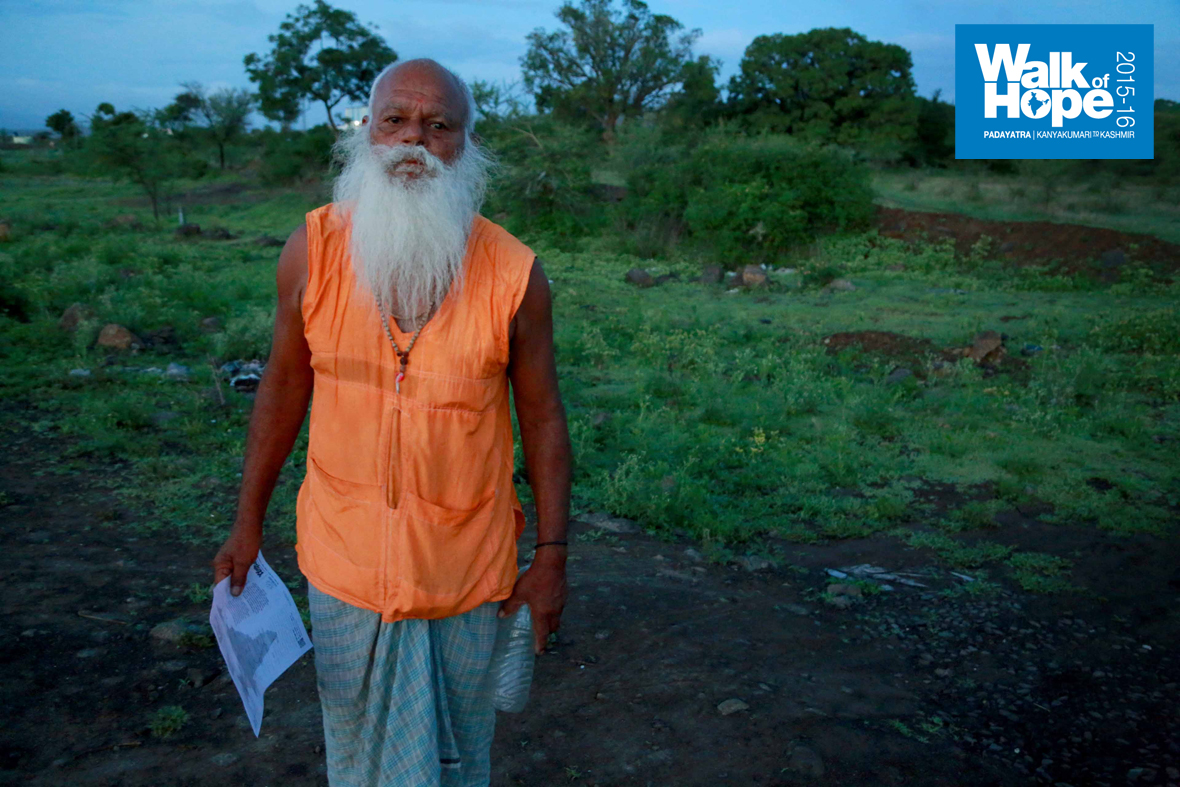 1.The-Padayatra-seems-to-have-caught-this-elderly-gentleman-with-ascetic-looks-by-surprise,-Jhandevadi,-Pune,-Maharashtra)