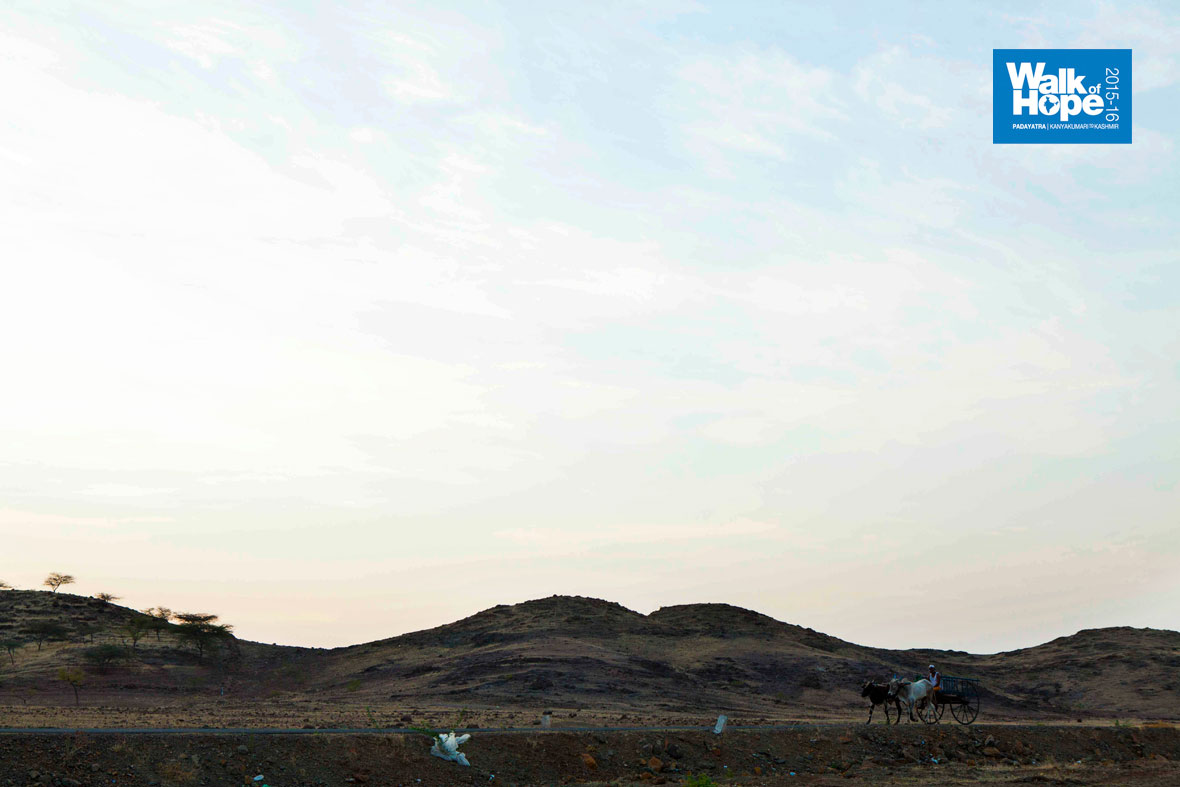 1.The-slightly-intimidating-landscape-which-stares-at-the-walkers-in-these-parts,-Miraj-Pandharpur-Road,-Karnataka