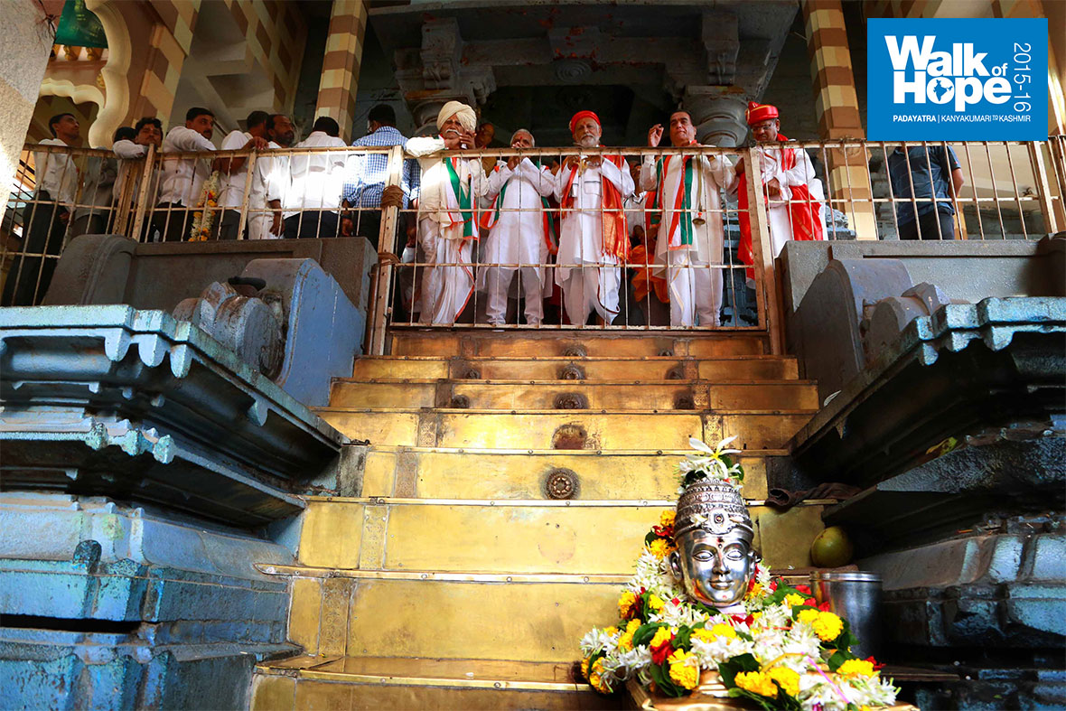 10.Sir-on-the-top-deck-of-the-temple-with-Saint-Namdev