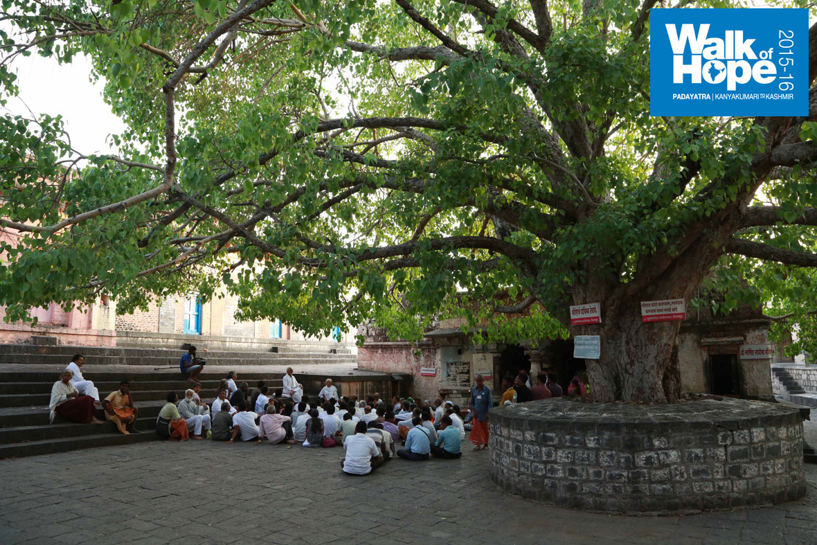16.Sir-in-an-intimate-Satsang-with-the-Padayatris-under-the-extended-arms-of-a-Banyan-tree,-Siddheswar-temple,-Machnoor,-Solapur,-Maharashtra