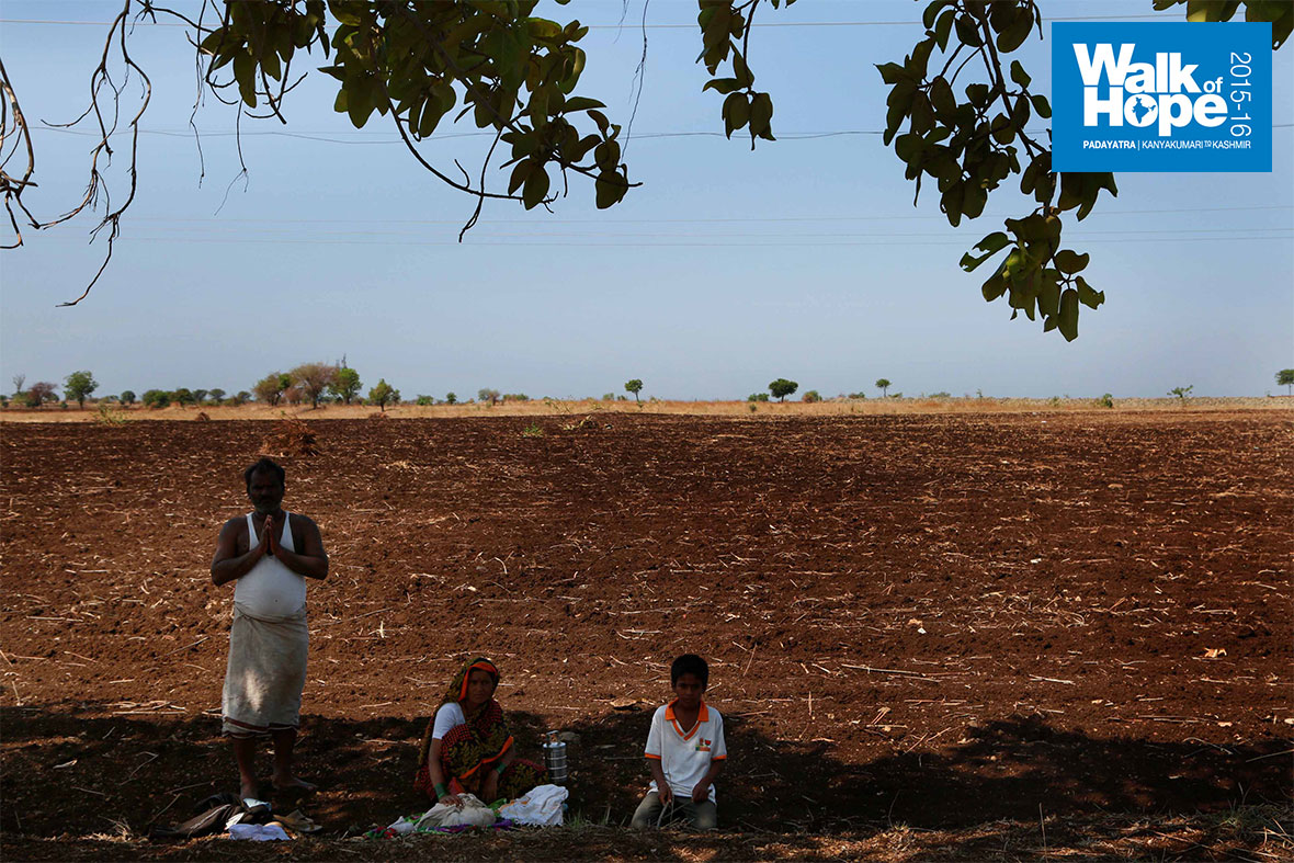 5.It-is-breakfast-time-in-the-field-and-this-little-family-settles-down-under-the-shade,-Karjal,-Solapur,-Maharashtra