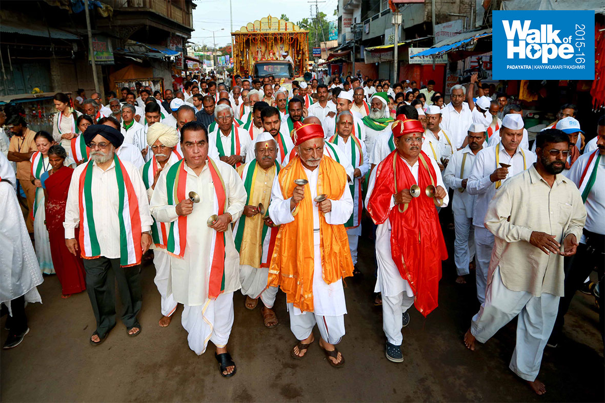 6.The-procession-to-the-Vittala-temple,-Pandarpur,-Maharashtra