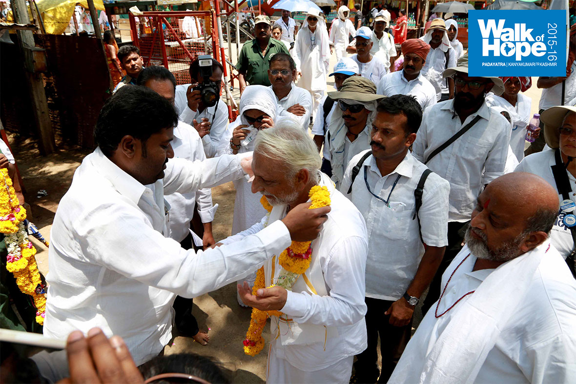 8.Sir-is-welcomed-at-the-entrance-to-the-holy-temple-complex-of-Akkalkot,-Solapur,-Maharashtra