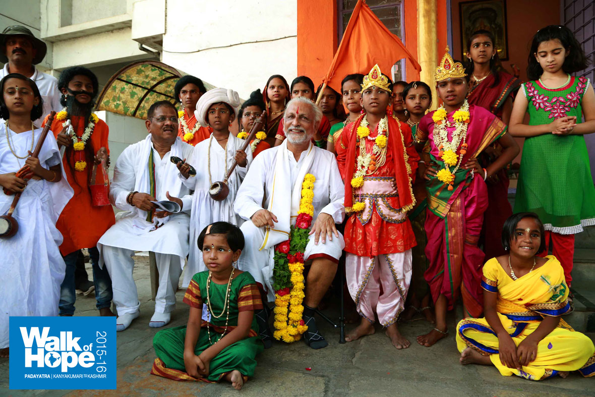 8.Sir-with-the-finely-decked-up-children-of-the-Jnyana-Prabodhini-School,-Latur)