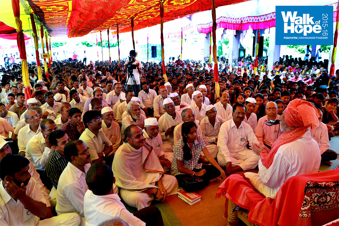 9.The-massive-crowd-at-the-Satsang-at-Natepute,-Maharashtra)
