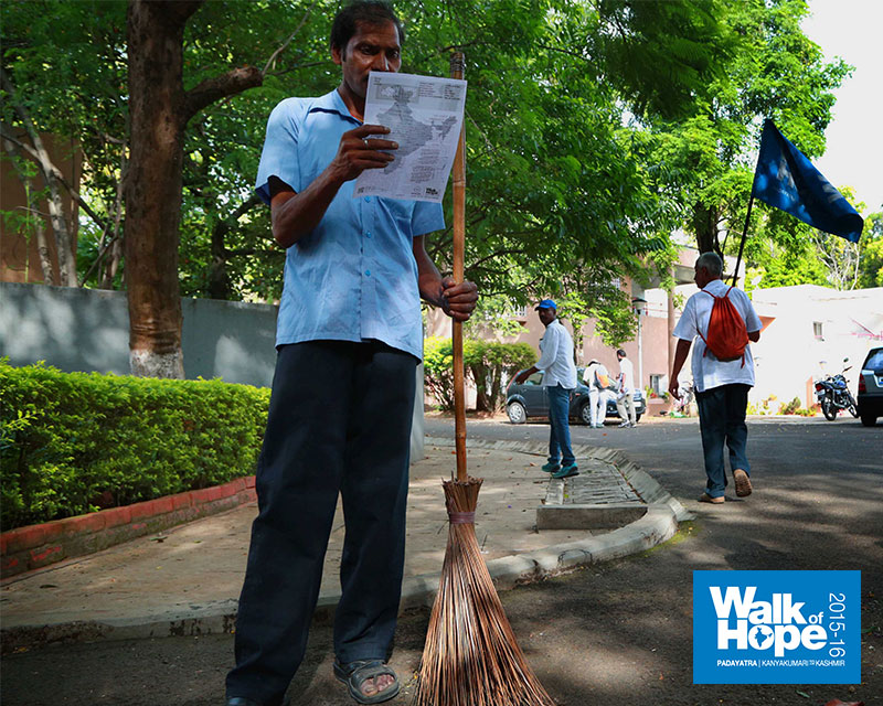 11.This-man-has-a-role-in-keeping-the-magnificent-Pune-University-Campus-clean!!,-Pune,-Maharashtra