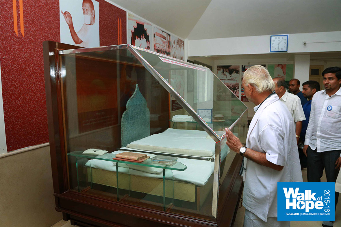 14.Sir-inspecting-the-exhibits-of-the-museum,-Sri-Anandshri-Maharaj-Mandap,-Ahmednagar,-Maharashtra