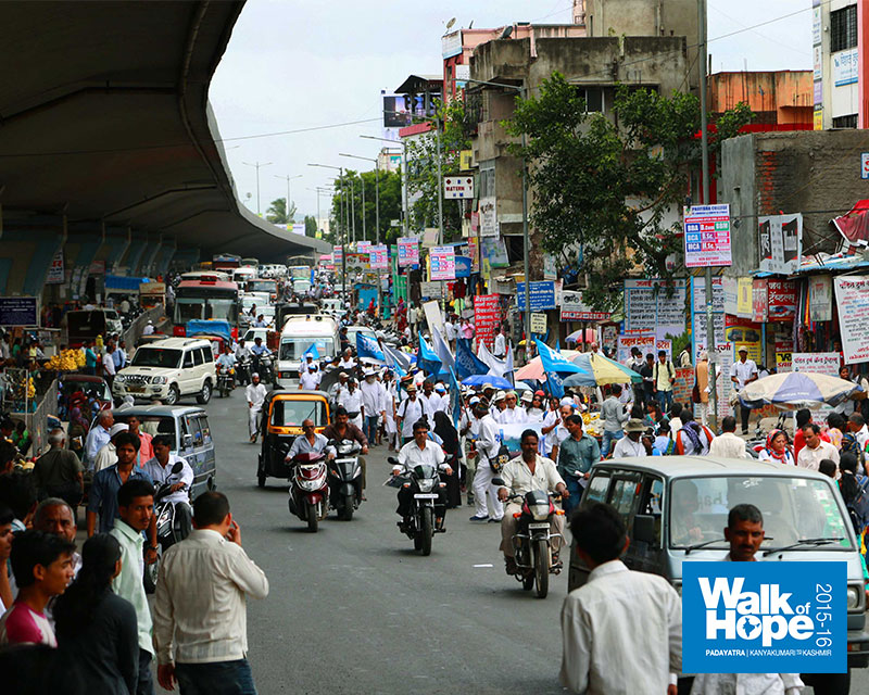18.About-to-leave-the-bustling-city-of-Pune-behind,-Bhosri,-Maharashtra