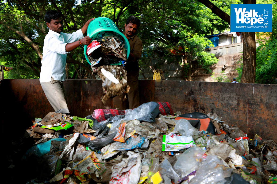 2.The-Padayatris-joined-hands-with-Municipality-staff-to-collect-320-kgs-of-garbage!!!,-Pune,-Maharashtra
