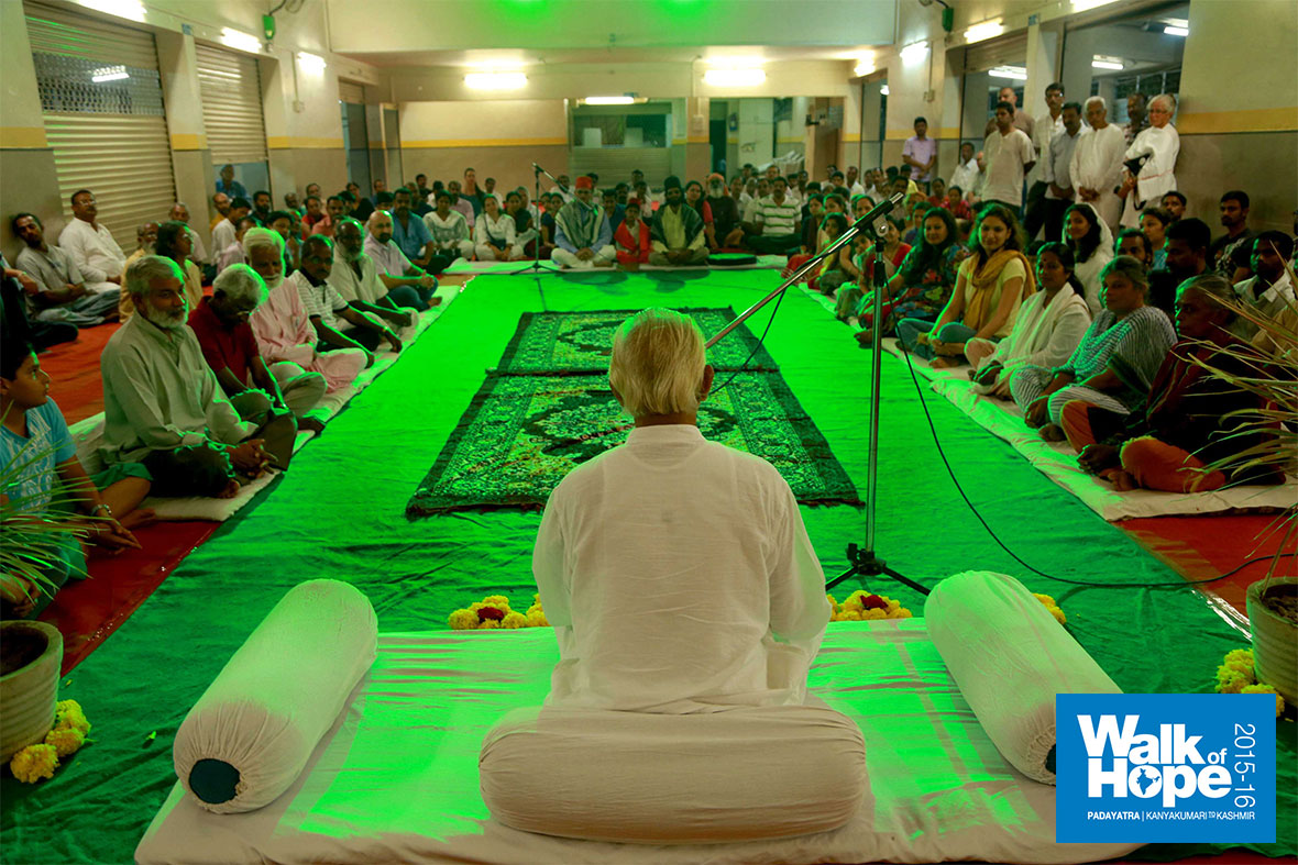 3.Sir-in-Satsang-just-prior-to-the-Iftar-party,-Ahmednagar
