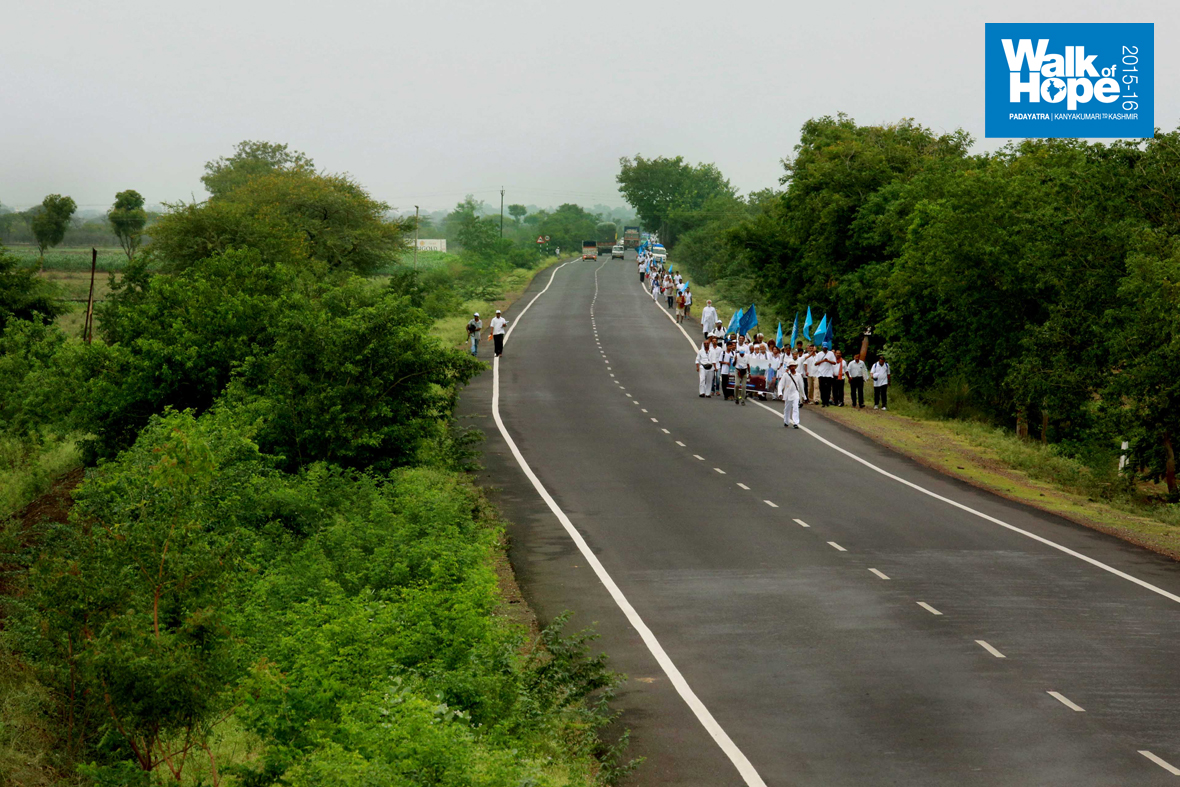 3.The-swelling-numbers-and-the-narrow-stretch-of-road-made-the-Yatra-about-a-km-in-length,-Wavi,-Ahmadnagar,-Maharashtra)