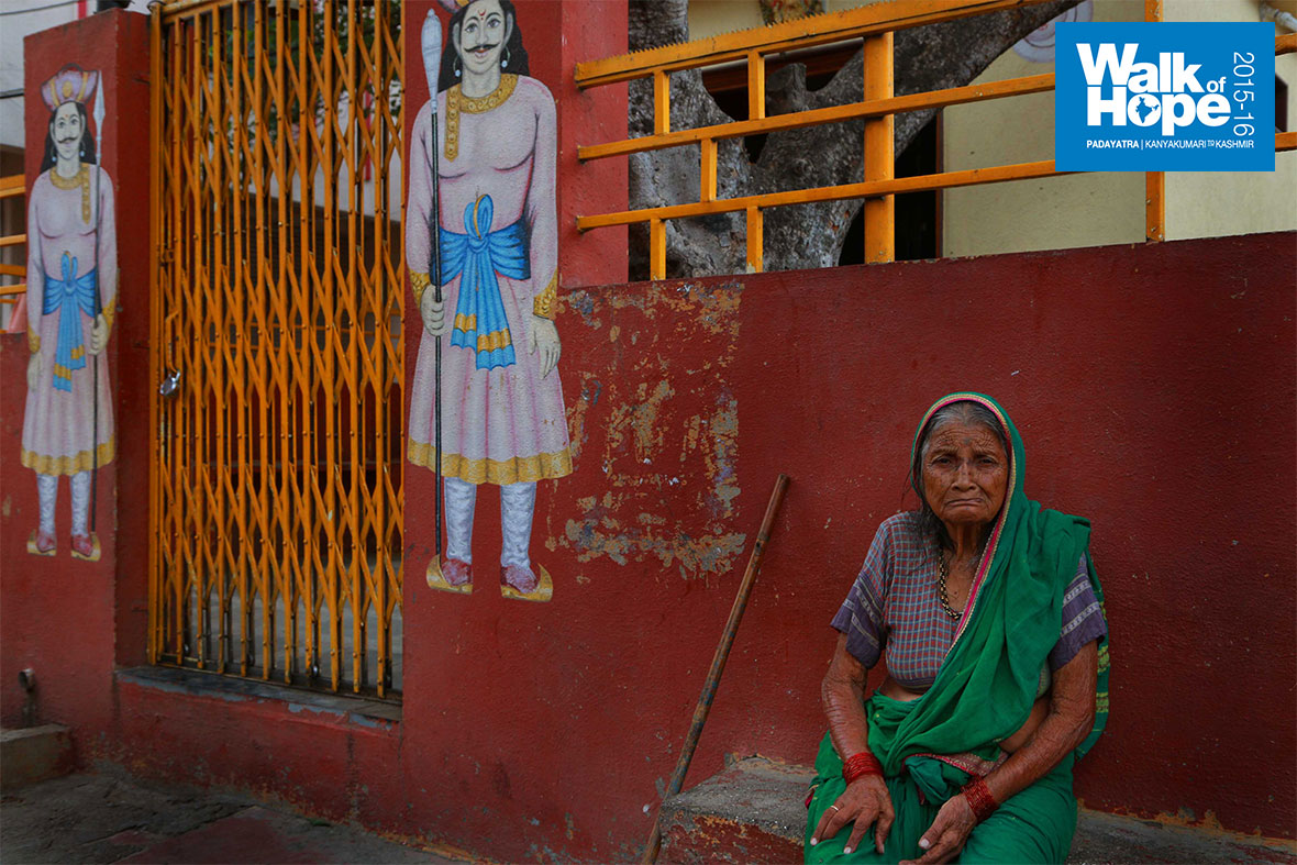 4.This-poor-lady-has-only-the-Lord-and-two-Dwarapalakas-for-company!!,-Ahmednagar,-Maharashtra
