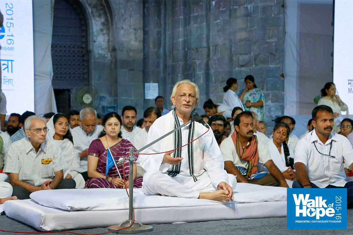 5.Beginning-the-fast,-Sir-addresses-the-people-gathered,-Shanivarwada,-Pune,-Maharashtra