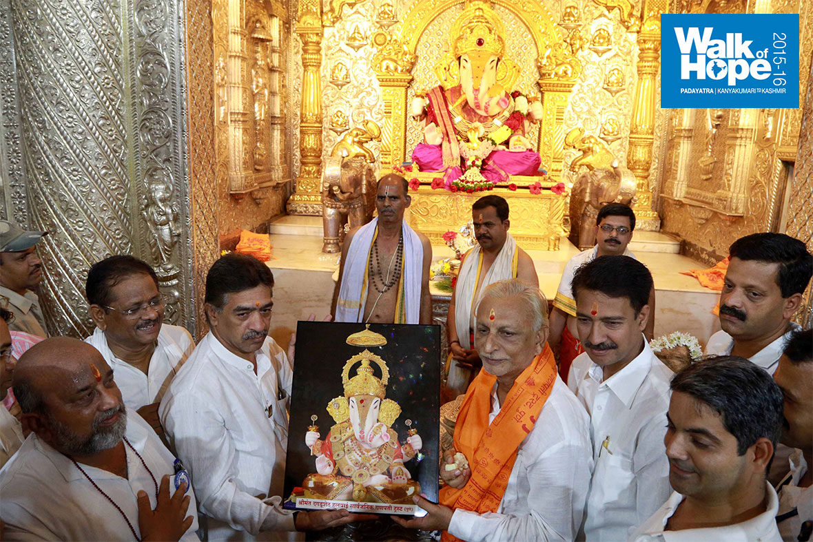 7.Sir-with-the-memento-presented-to-him-at-the-Ganapati-Mandir,-Pune,-Maharashtra