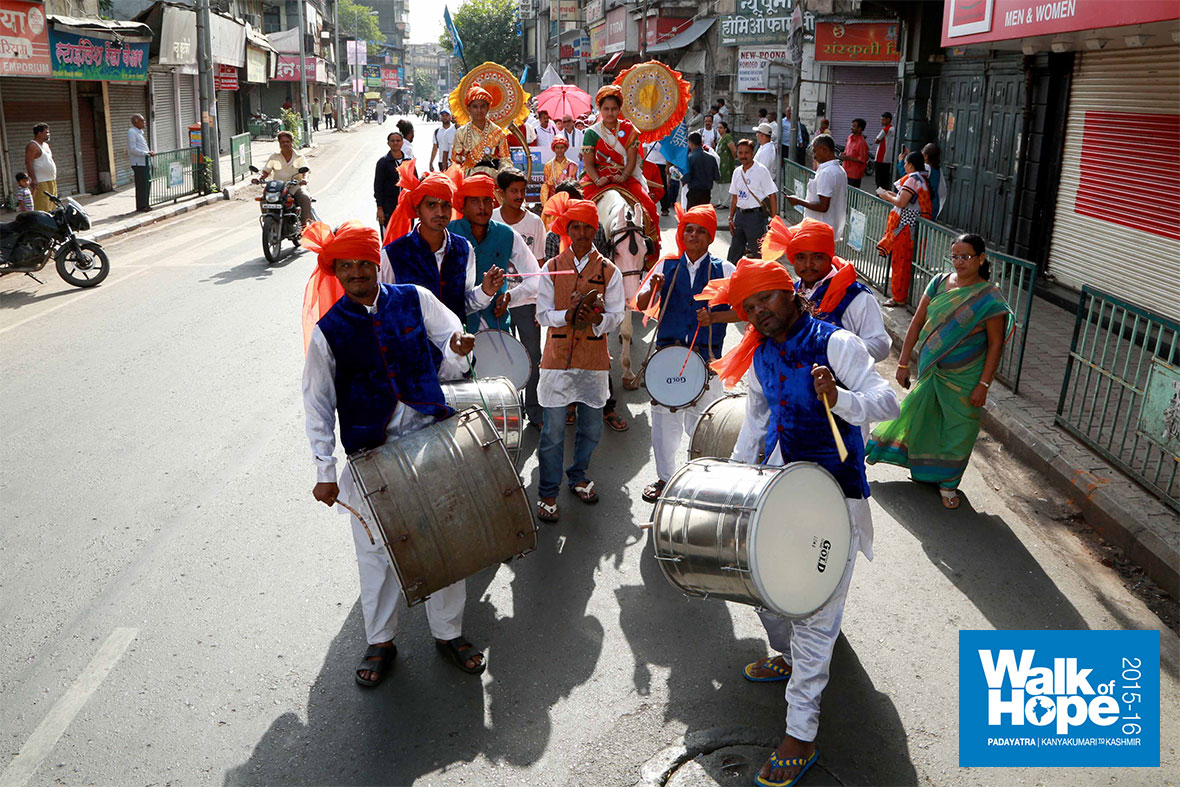 8.Thunderous-drums-sounded-as-we-walked-along-the-streets-of-old-Pune,-Maharashtra