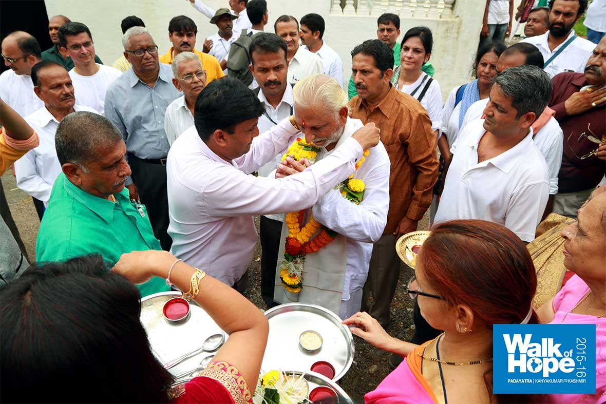 13.Traditional-welcome-to-Sir-at-Koprali,-our-halting-point-for-the-day,-Vapi,-Gujarat