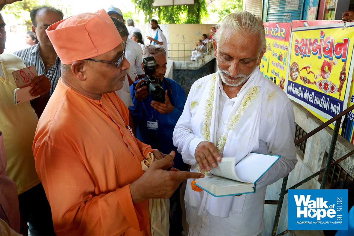 15.Sir-in-discussion-with-the-Swamiji-of-the-Ramakrishna-Mutt,-Vadodara,-Gujarat