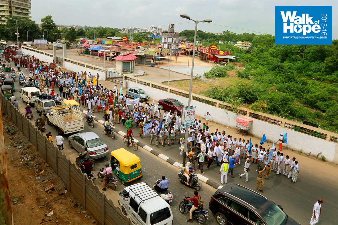 18.A-view-of-the-route-to-Sama-where-students-of-Navrachana-schools-lined-up-to-welcome-the-Padayatra,-Vadodara,-Gujarat