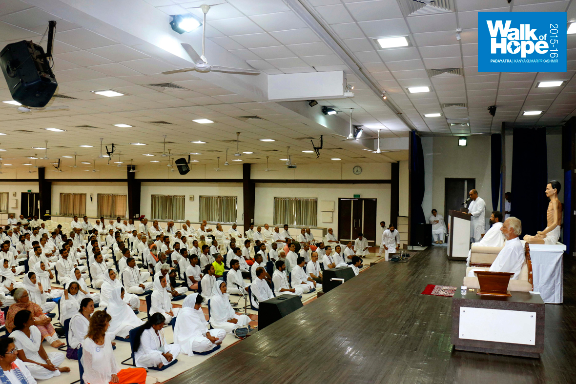 18.Sir-being-intoduced-before-Satsang-at-the-imposing-Auditorium-of-the-Shrimad-Rajchandra-Mission,-Dharampur,-Valsad,-Gujarat)