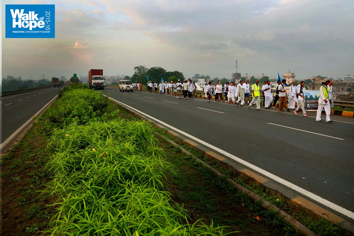 3.Wide-roads-with-neatly-laid-out-medians,-a-must-for-prosperity,-NH8,-Surat,-Gujarat)