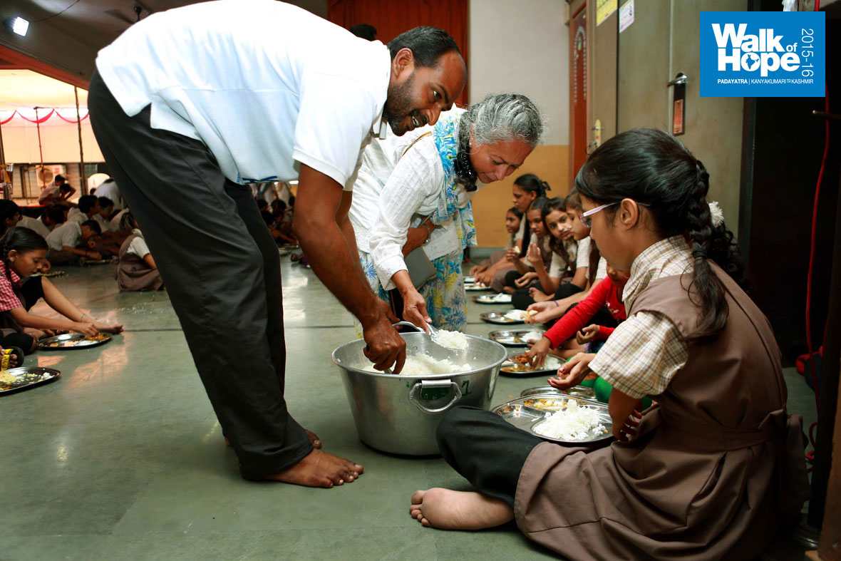 4.It-was-a-soul-stirring-experience-for-the-Padayatris-to-serve-the-children-of-DWTI,-Surat,-Gujarat)