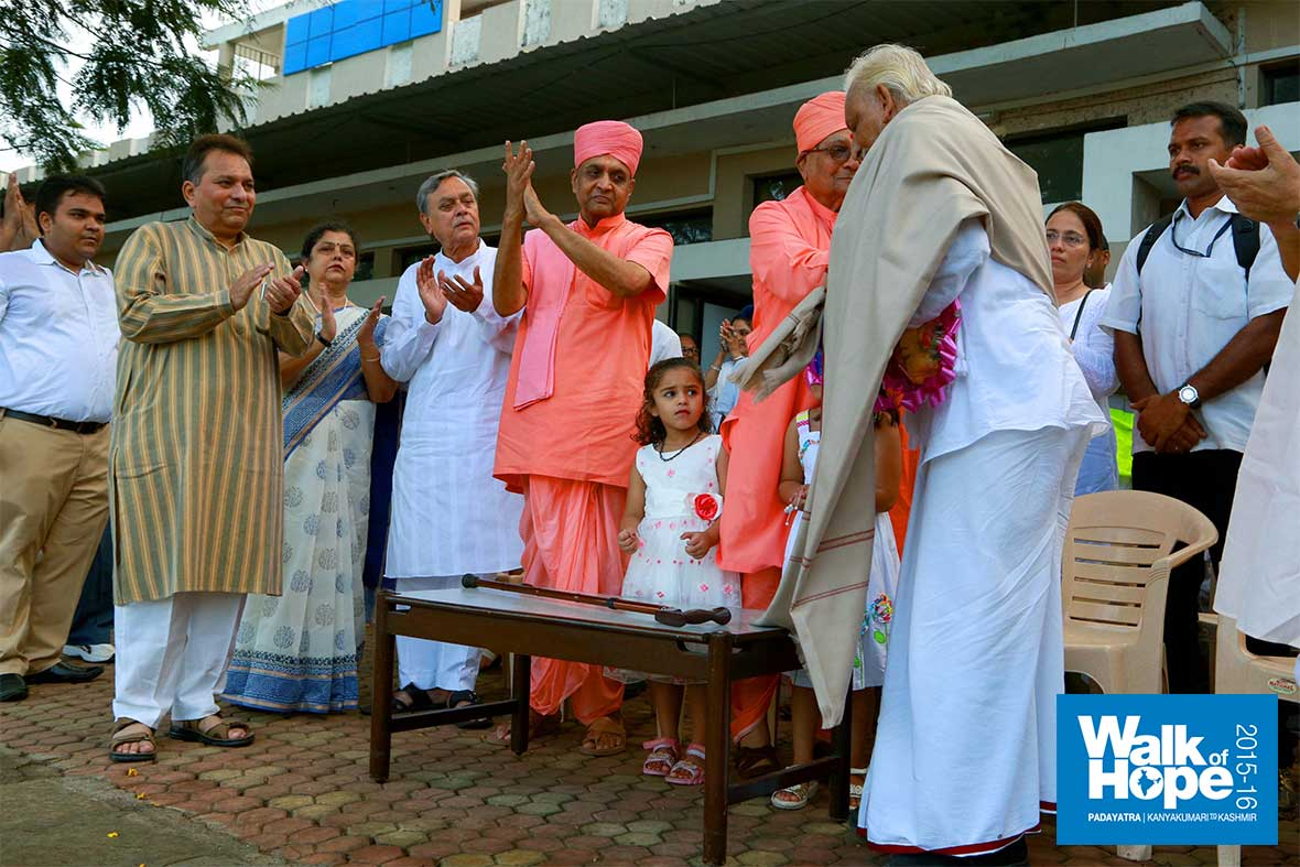 8.An-emotional-moment-as-the-revered-octagenarian-Swami-Hariprasadji-greeted-Sir-with-a-warm-hug!!,-Vallabh-Ashram-School,-Pardi,-Valsad,-Gujarat