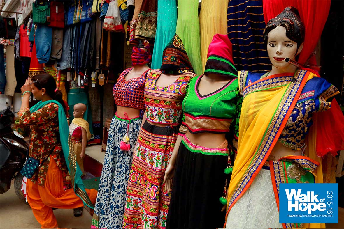 10.Gorgeously-decked-up-mannequins-line-up-the-streets,-Dahod,-Gujarat