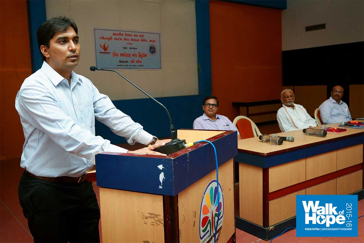 12.District-Collector-Sri-Vikrant-Pandey-addresses-the-gathering-during-Satsang-at-JP-Arts-&-Science-College,-Bharuch,-Gujarat