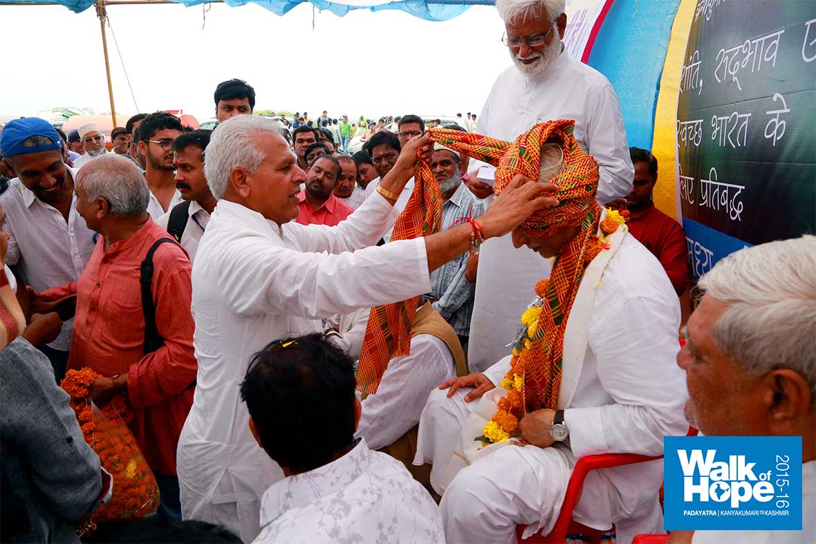 13.Padmashree-Prahlad-Tipaniya-tying-a-traditional-turban-at-the-first-function-on-MP-soil,-Pitol,-MP