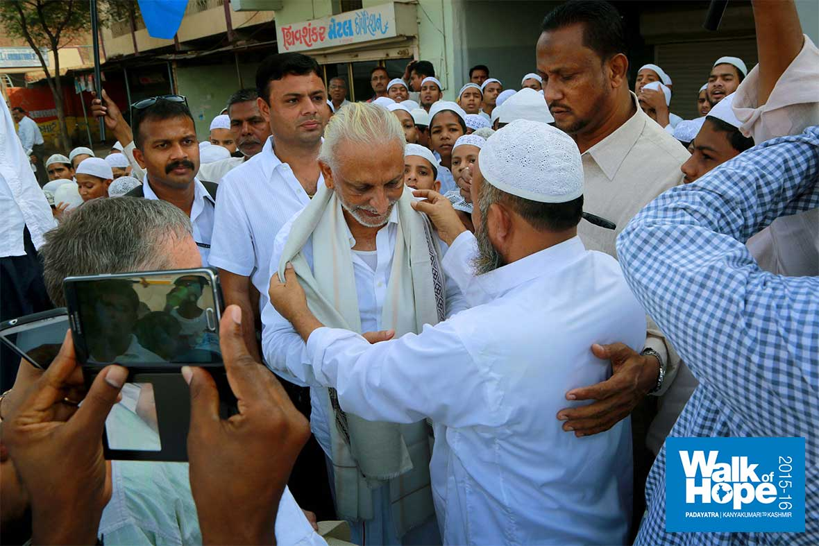 14.Warm-embraces-from-our-Islamic-brethren,-Surelia-Junction,-Ahmedabad,-Gujarat