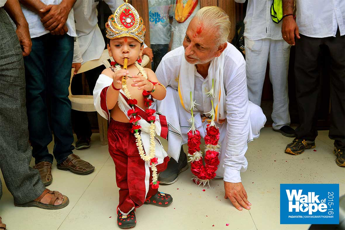 15.Baby-Krishna-&-his-magic-flute-has-Sir-on-his-knees!!,-Rani-Shakti-Bhavan,-Shahibaug,-Ahmedabad,-Gujarat