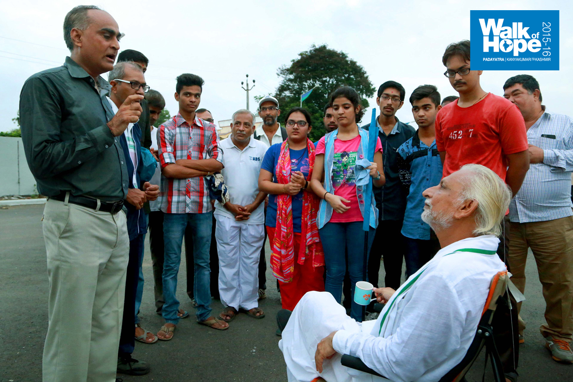 2.Teachers-&-students-of-the-NSS-College-with-Sir-during-tea-break,-Bharuch,-Gujarat)