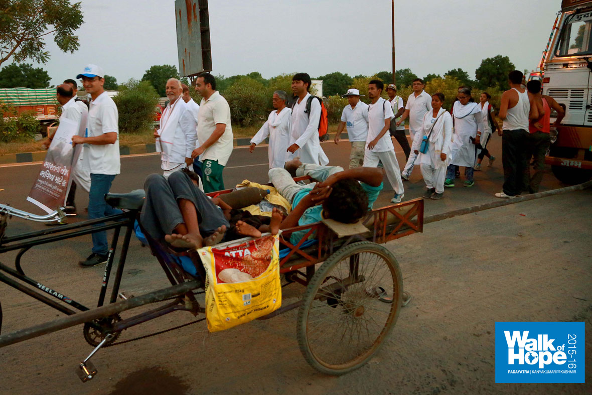 2.The-cycle-cart-is-enough-sleeping-room-for-this-ragpicker-threesome!!,-Ring-road,-Ahmedabad,-Gujarat)
