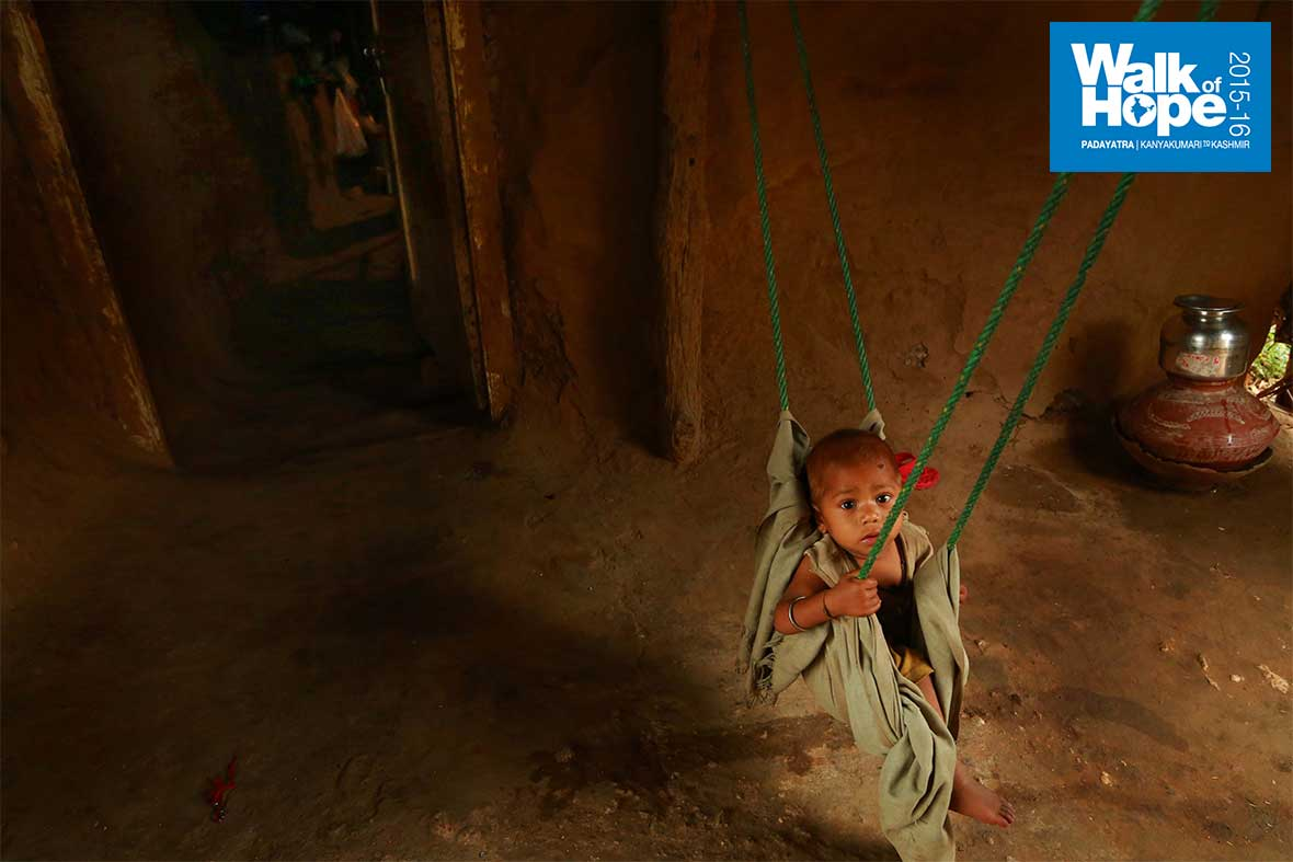 3.A-plastic-rope-&-a-piece-of-cloth-make-a-handy-hummock-for-the-baby!!,-Dadhela,-Panchmahal,-Gujarat