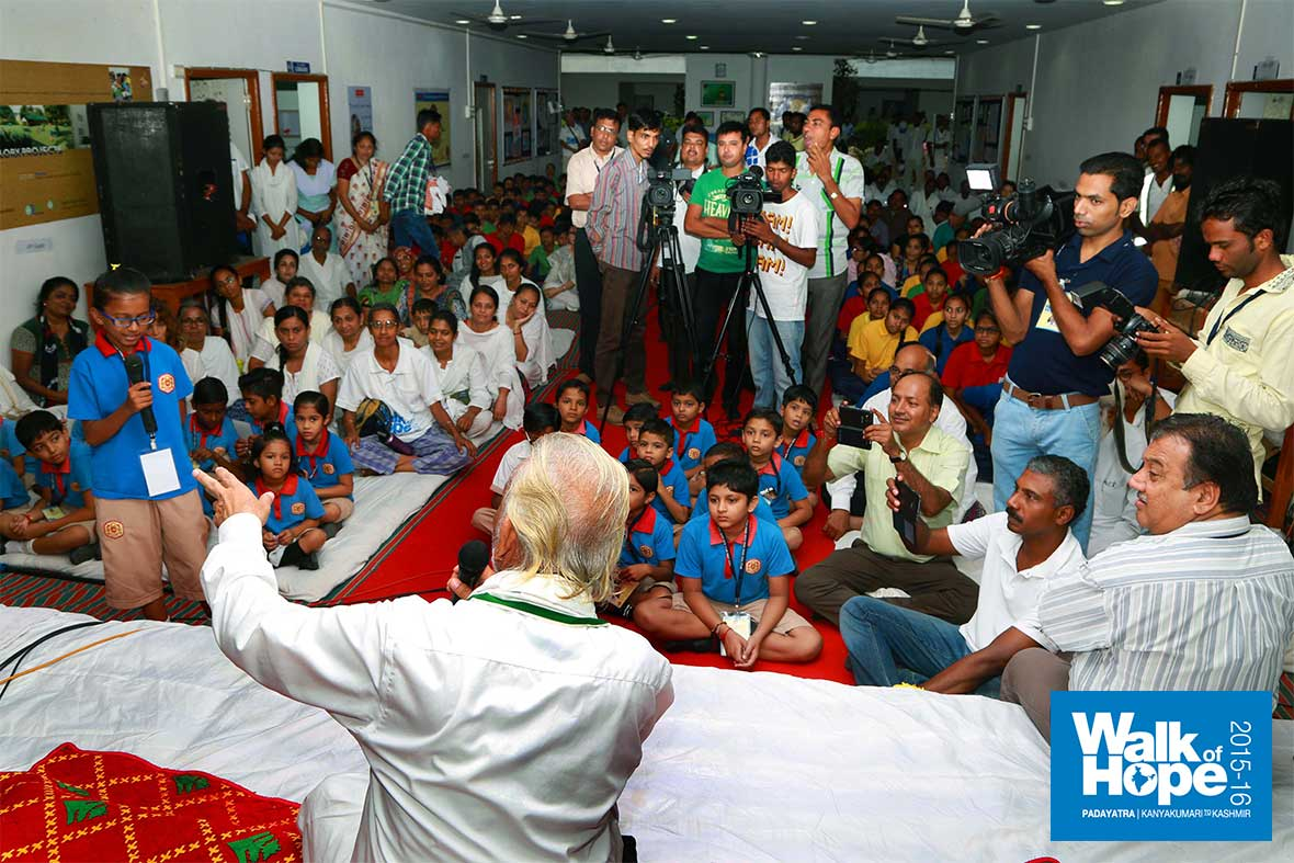 3.Sir-at-the-interactive-session-with-children-of-the-Calorx-Public-School,-Godhra,-Gujarat