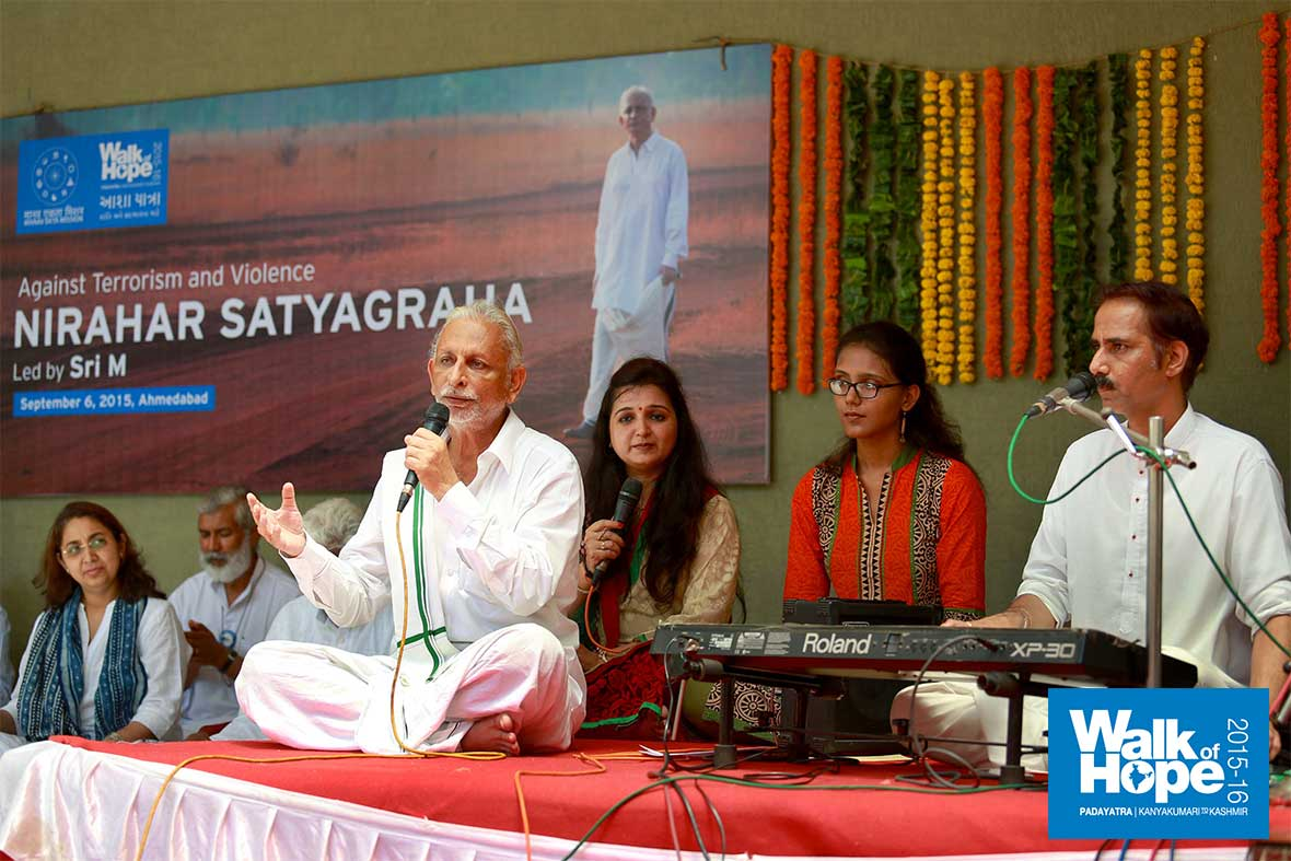 4.Sir-joins-the-dulcet-duo-of-Dipti-Desai-&-Amit-Thakkar,-it-is-Bhajan-time,-Ahmedabad,-Gujarat