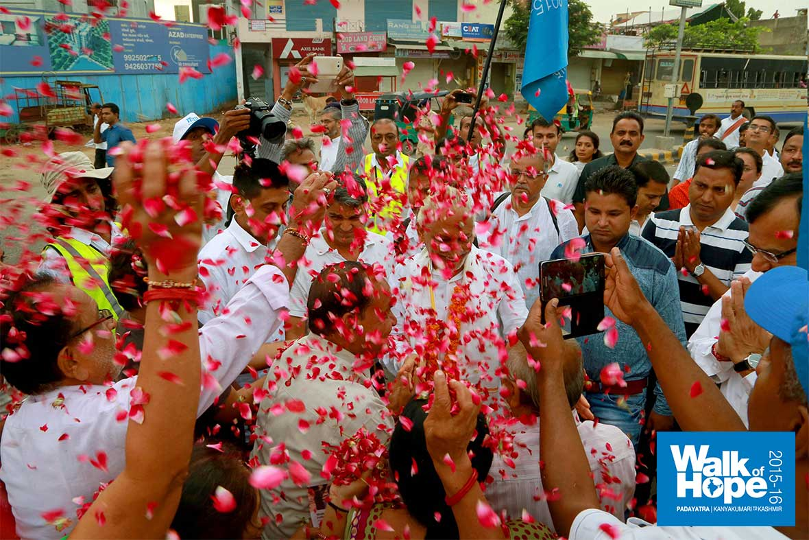 5.Shower-of-rose-petals-for-Sir-on-Janmashtami-Day,-Ahmedabad,-Gujarat