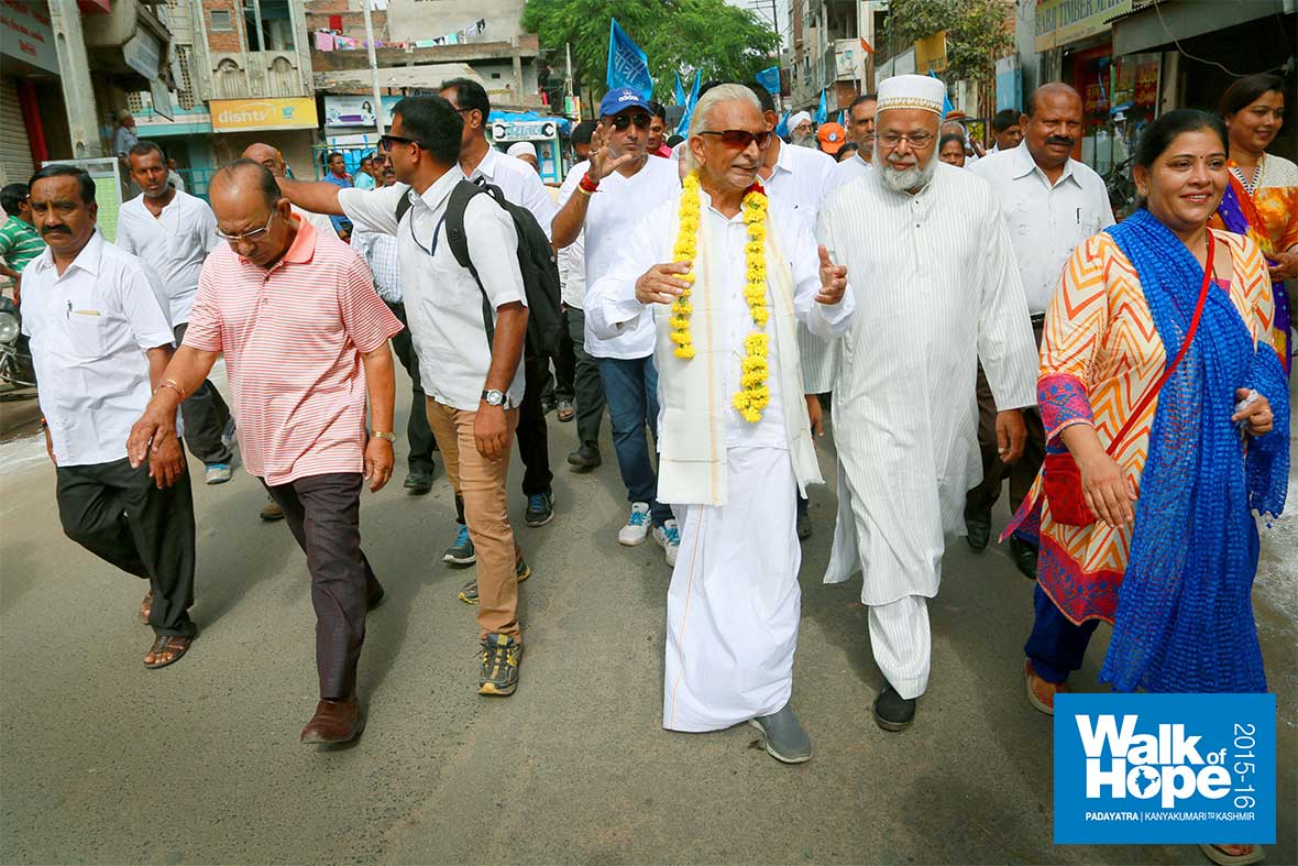 5.Sir-with-the-leader-of-the-Dawoodi-Bohras,-Dahod,-Gujarat