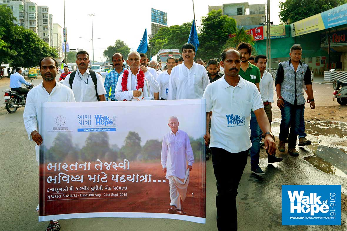 5.WOH-Day-233,-we-had-the-company-of-Sri-Bharat-Solanki,-ex-Central-Minister-as-we-walked-to-Anand,-Gujarat