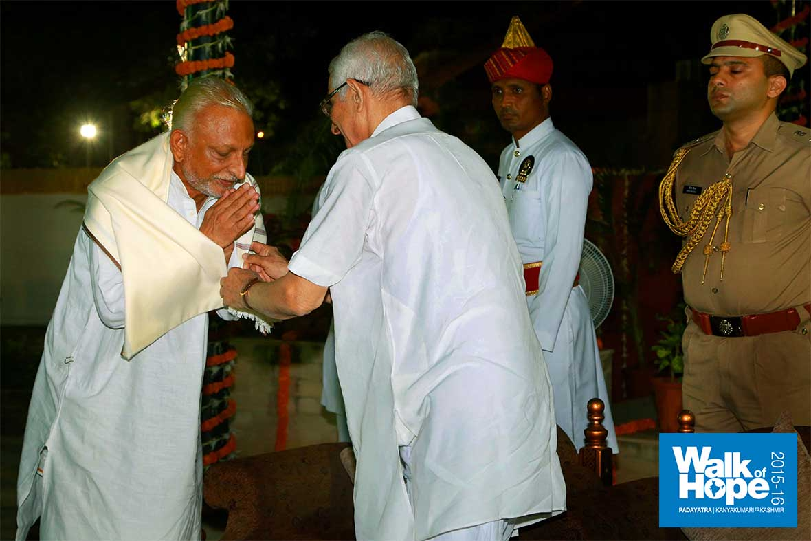 6.Shri-O-P-Kohli,-Honourable-Governor-of-Gujarat-welcomes-Sir-at-the-Rajbhavan,-Gandhinagar,-Gujarat