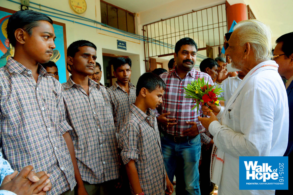 7.Sir-with-the-students-of-the-blind-school-at-Wadhvale,-Mehmedabad,-Gujarat)