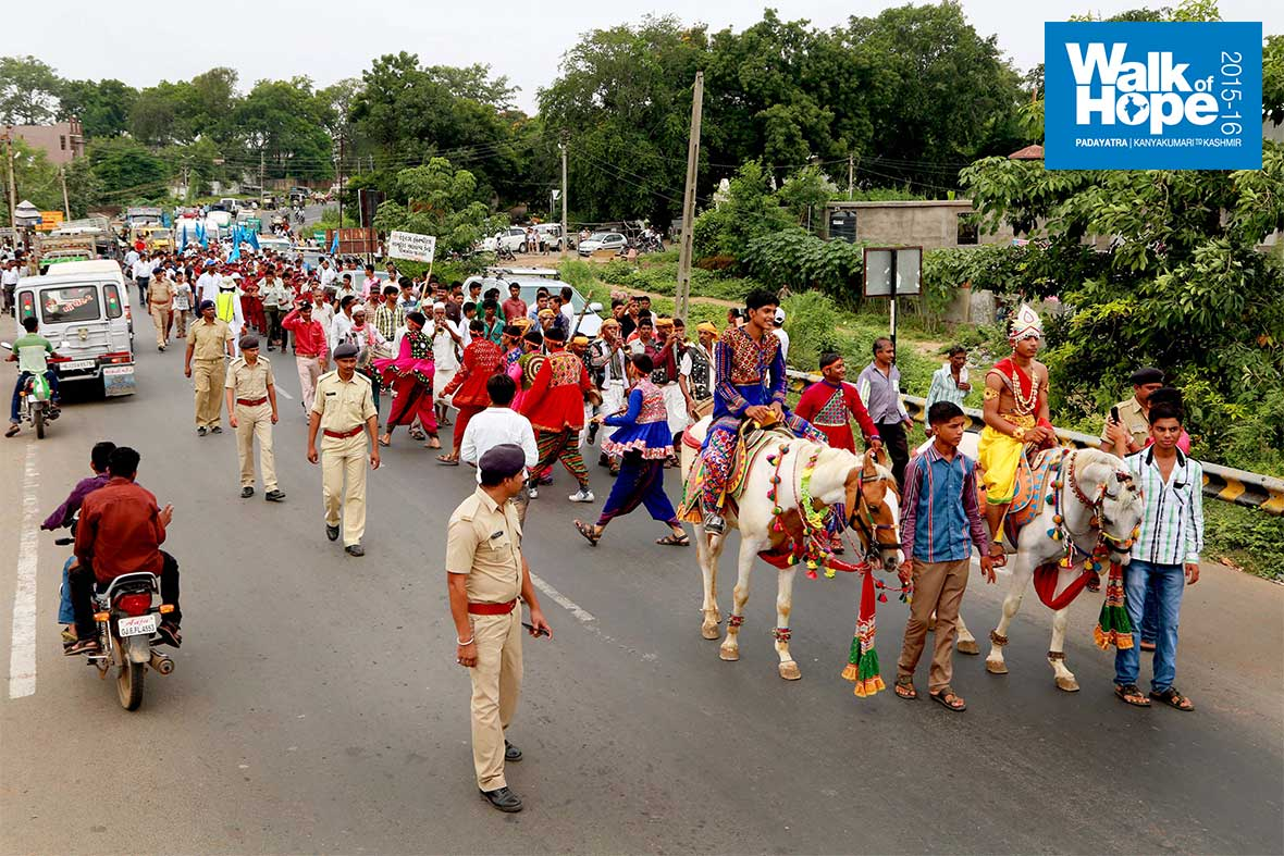 8.Horses,-music,-traditionally-attired-lads-&-lasses-lead-us-to-Limkheda,-Panchmahal,-Gujarat
