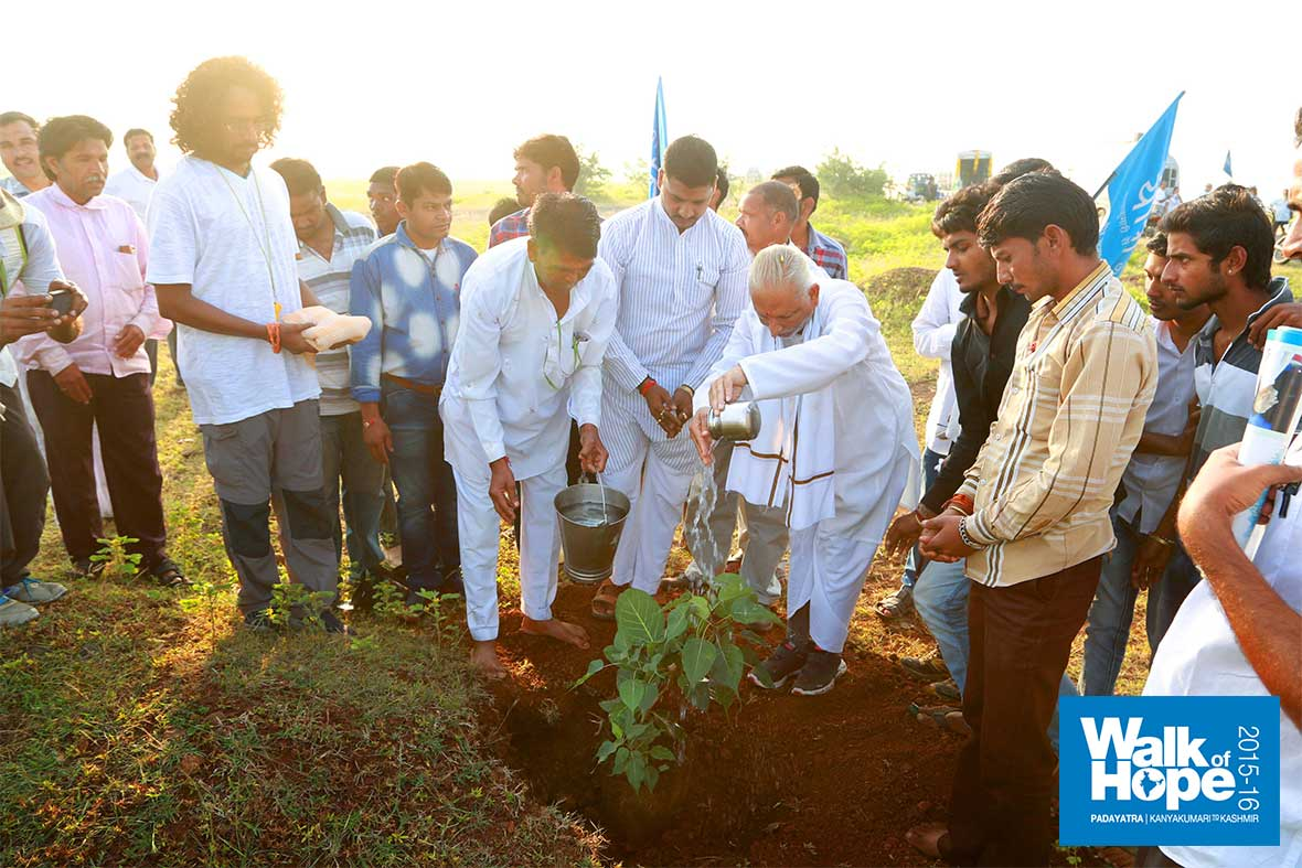 8.Planting-a-sapling-by-the-wayside,-Mangode,-Dhar,-MP