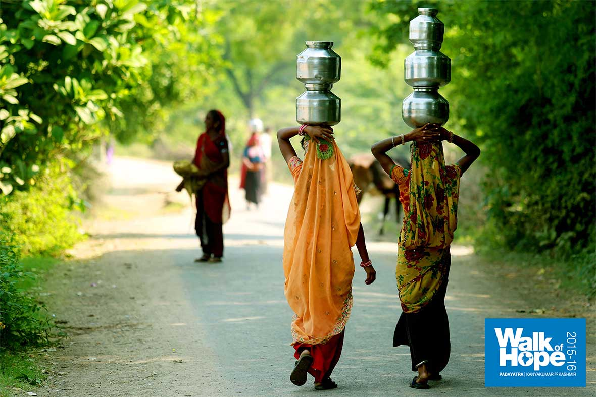 8.The-amazing-milkmaids-once-again,-with-their-multiple-milkpots-neatly-balanced!!,-Balol,-Kheda,-Gujarat
