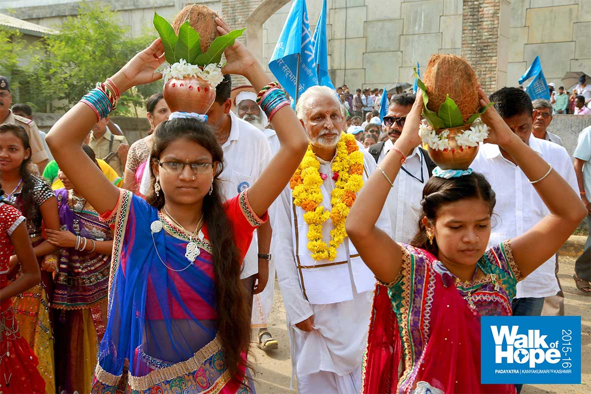 8.Traditional-welcome-by-students-of-J-R-Bhatia-Memorial-School,-Santroad,-Panchmahal,-Gujarat