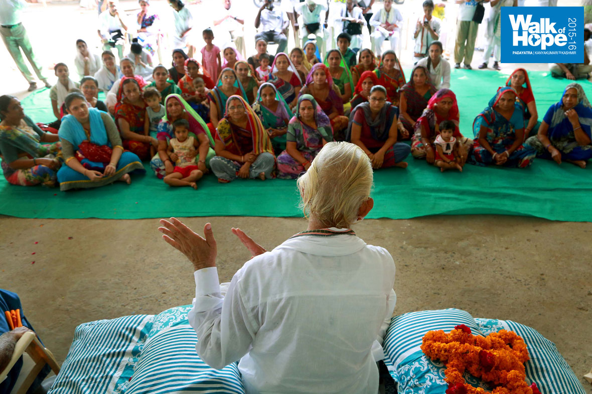 9.A-short-&-sweet-Satsang-at-Ranchodrai-Dham,-our-endpoint-for-the-day,-Ahmedabad,-Gujarat)