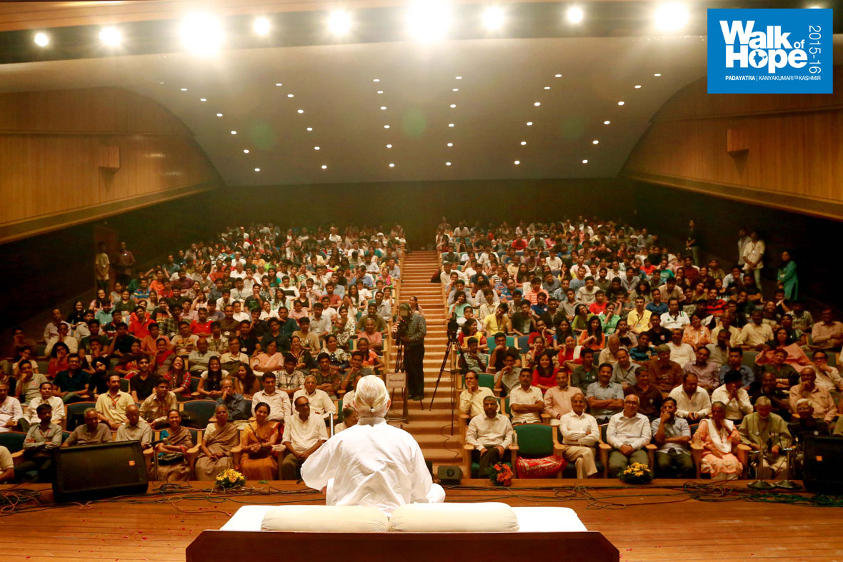 9.Satsang-at-the-impressive-auditorium-of-the-Nirma-Institute-of-Management,-Ahmedabad,-Gujarat)